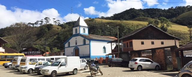 Igreja na praça da vila da Maromba