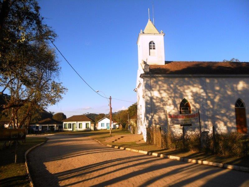 Entrada da Vila de Visconde de Mauá com a igrej ao lado