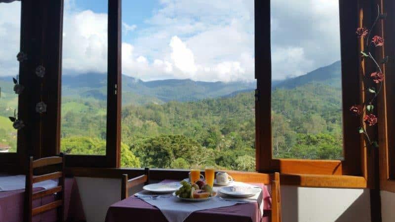 Mesa e janela com vista panorâmica