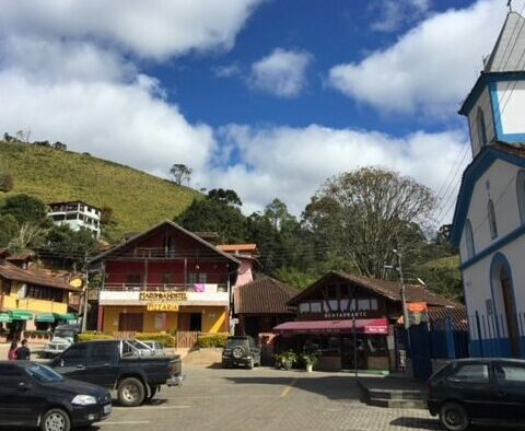 Praça da vila da Maroma com Igreja e botecos de Visconde de Maua