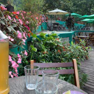 Mesa com copo de cerveja no bar do Escorrega em Visconde de Mauá
