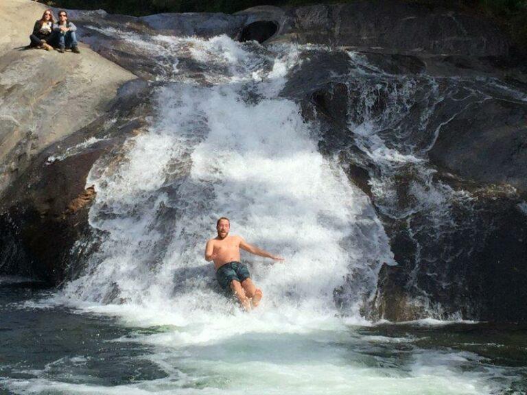 Homem escorregando na cachoeira em Visconde de Mauá
