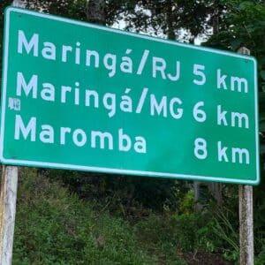 Placa sinalizando a distancia das vilas de Visconde de Maua