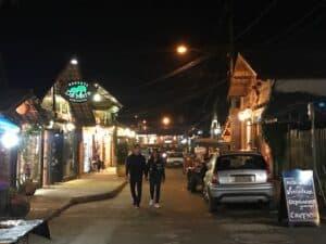 Pessoas caminhando na noite da vila de Maringá