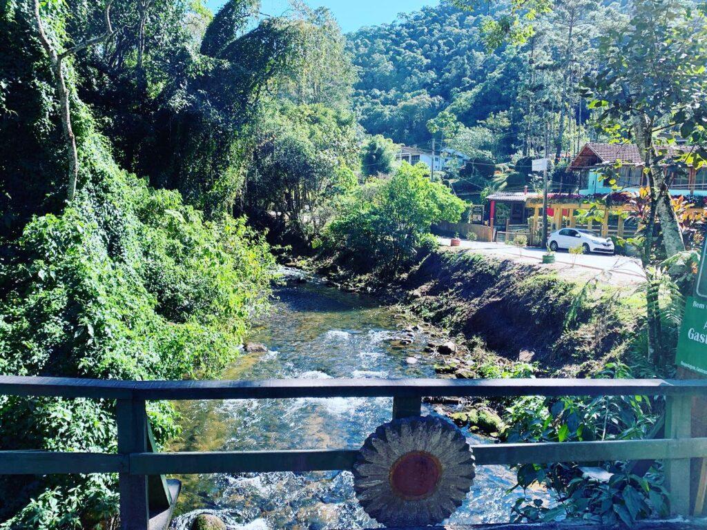 Rio sob a ponte de madeira na vila de Maringá