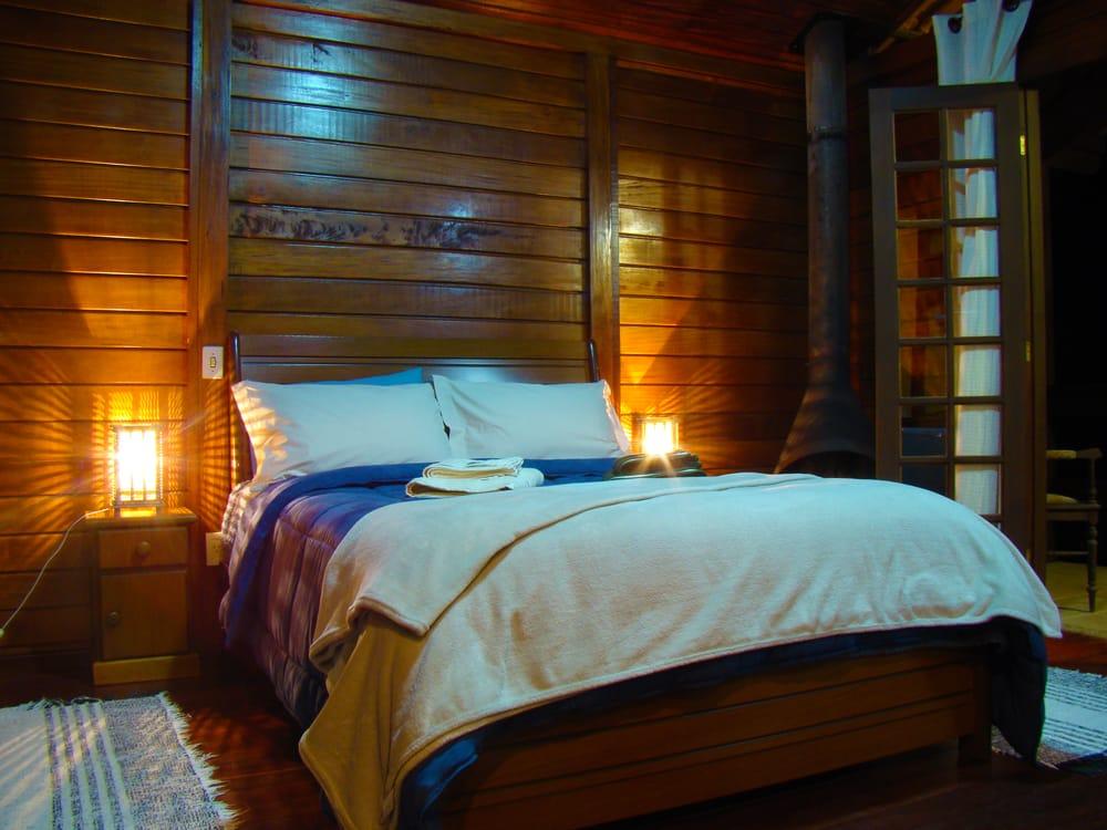 Cama de casal com paredes de madeira