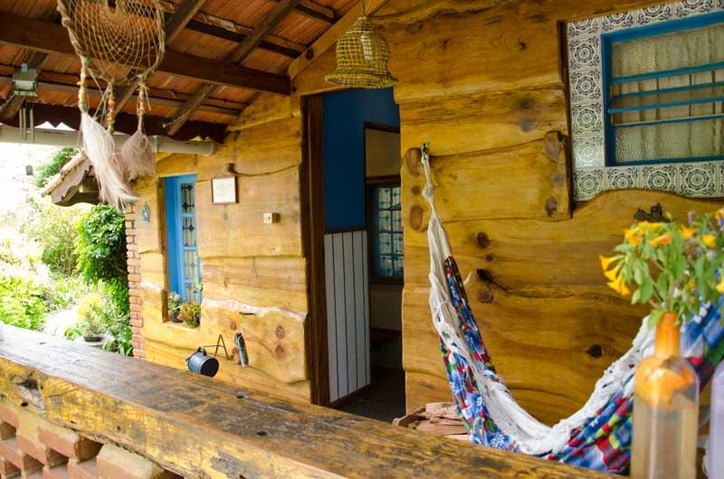 Rede na varanda de chalé em madeira roliça