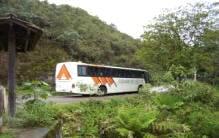 Ônibus passando na estrada para Visconde de Maua