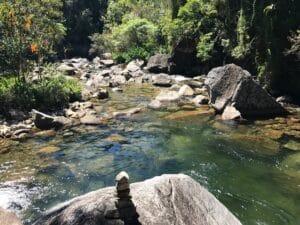 Rio entre pedras com piscina natural em Maromba