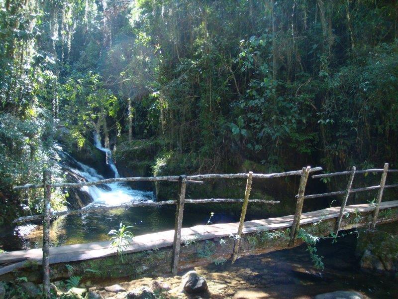Ponte de madeira rústica sobre rio na Toca da Raposa