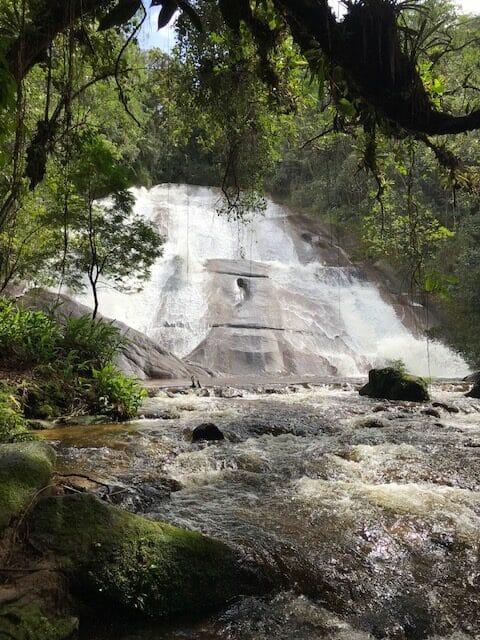 Cachoeira da Santa Clara e seu paredão de pedra, a mais alta de Visconde de Mauá