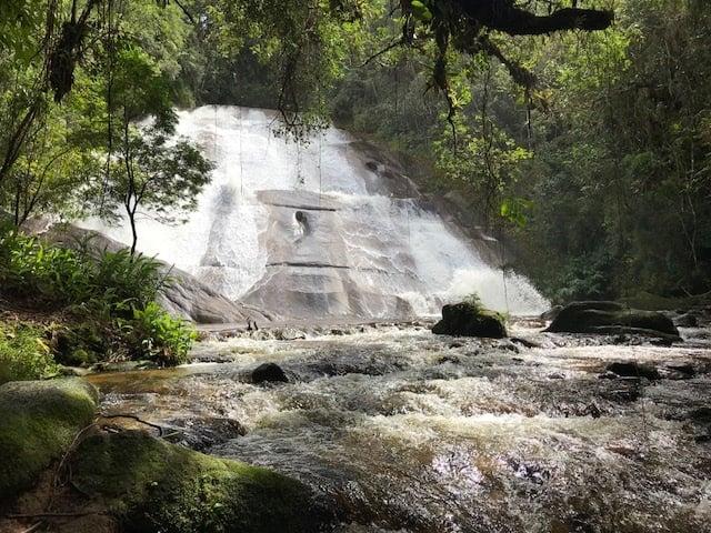 Leito do rio e ao fundo a cachoeira da Santa Clara com sua águas escorrendo numa parede de pedra