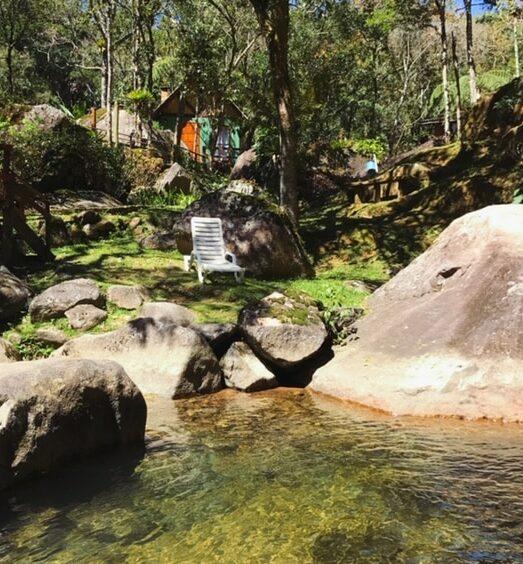 Pousada em Visconde de Maua com cachoeiras passando na frente da sua varanda