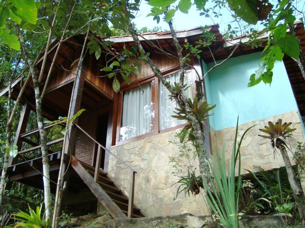 Chalé com janelas e varanda
