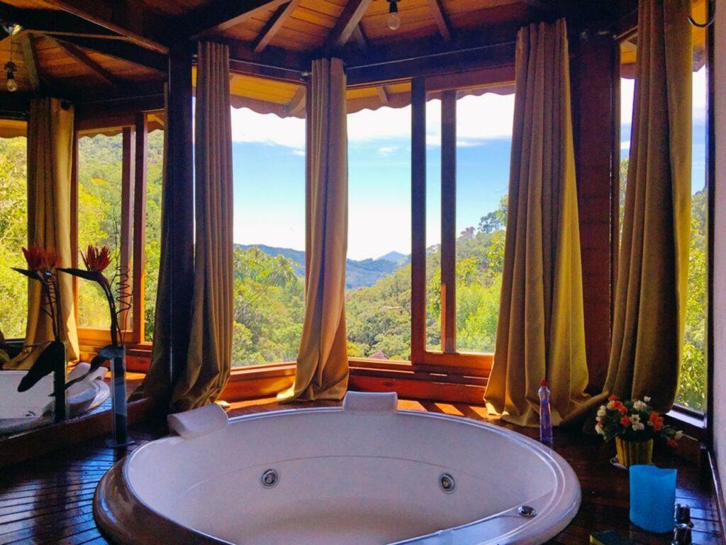 Banheira de casal com hidro de frente a janela