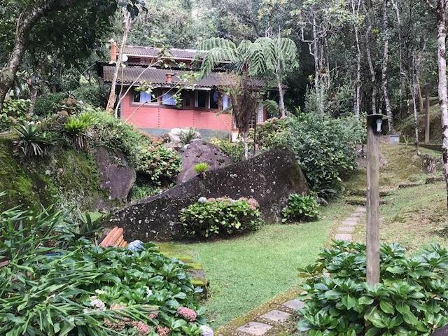 Chalé VIP ZEN e seu jardim com mata e pedras