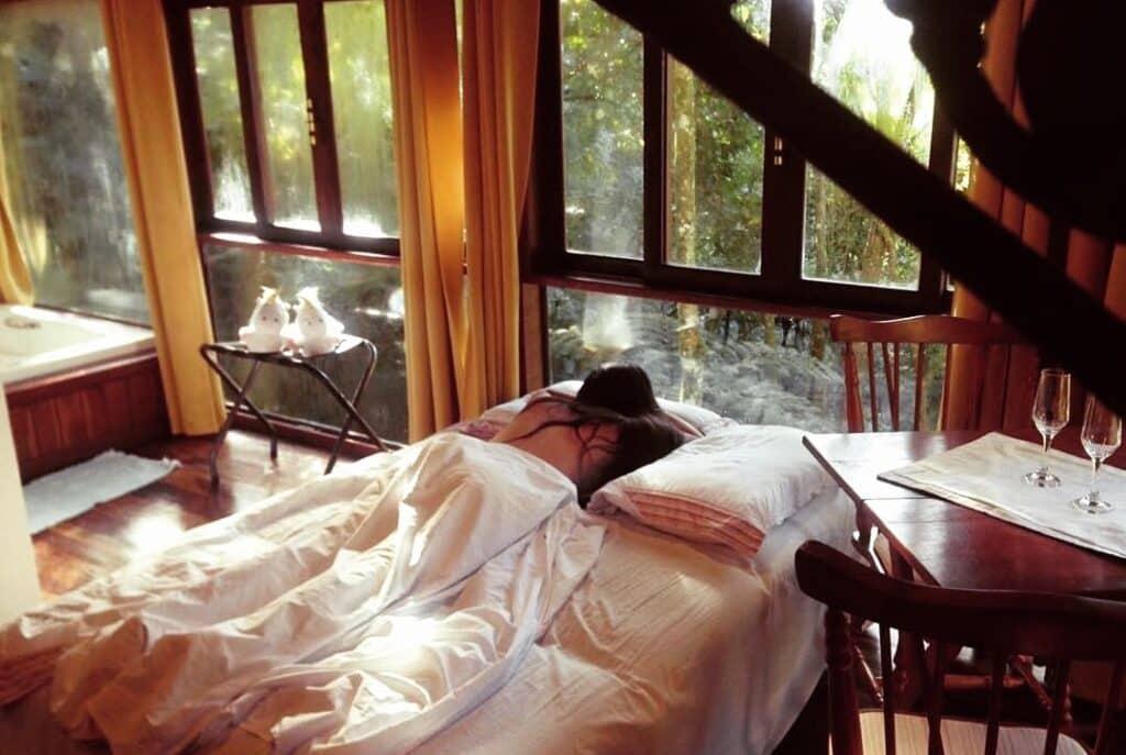 Mulher deitada ao lado da janela em Visconde de Maua