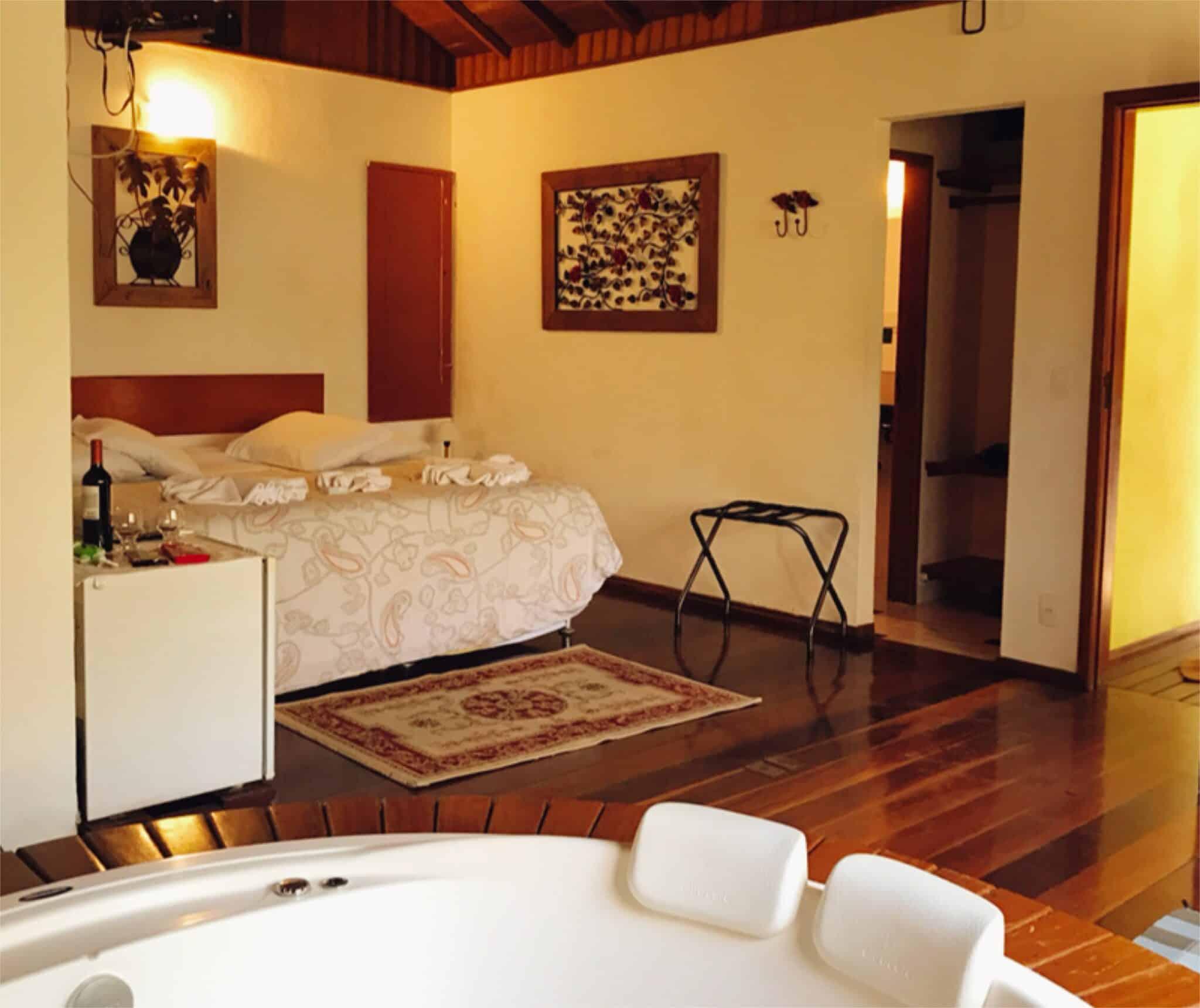 Chalé com banheira e cama king da pousada em Visconde de Mauá