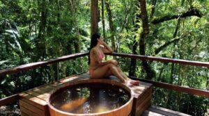 Moça sentada ao lado do ofuro na pousada em Visconde de Mauá