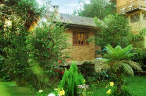 Chalé de tijolinho a vista com jardim colado