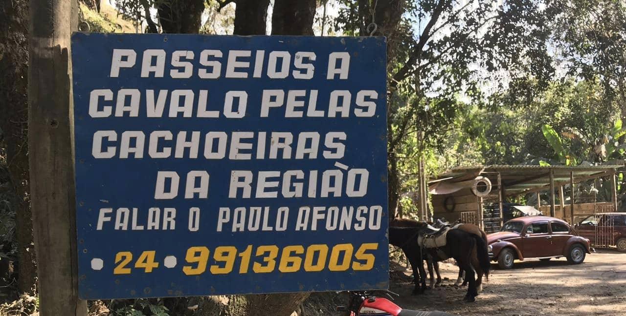 Placa sinalizando contato para locar cavalos
