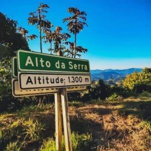 Placa sinalizando a altitude 1600m nas Montanhas em Visconde de Mauá