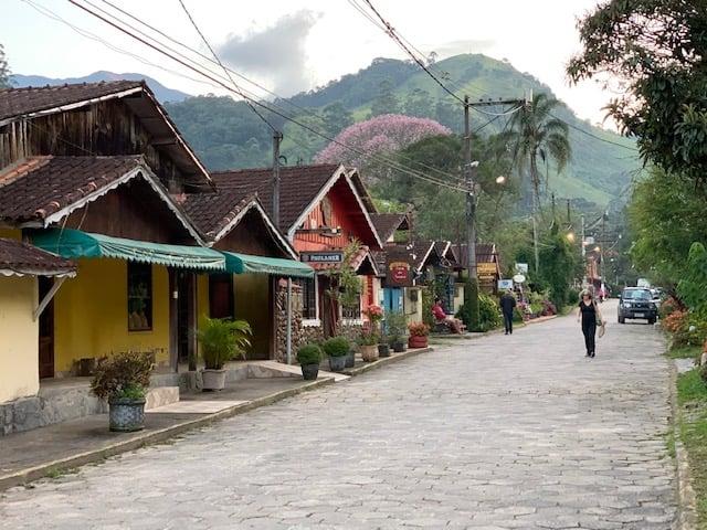 Rua tranquila com lojas de artesanato e montanha ao fundo