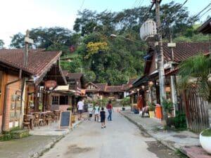 Pessoas caminhando na Rua do Meio vila de Maringá