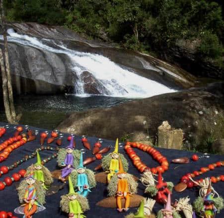 Peças de artesanato ao lado da cachoeira do Escorrega