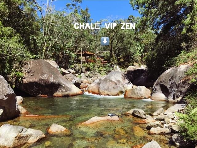 Rio de Visconde de Mauá com pousada ao fundo
