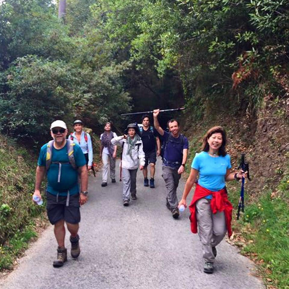 Grupo de pessoas caminhando