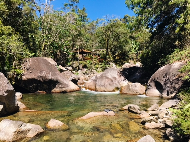 Rio de Visconde de Mauá entre pedras grandes