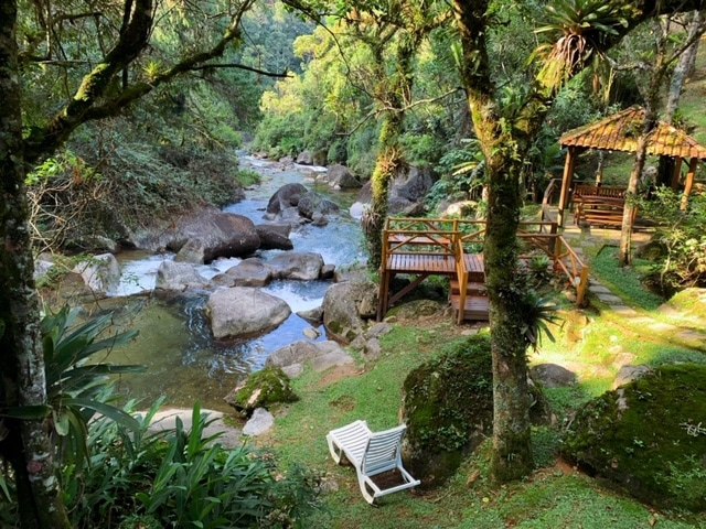 Bira do rio e deck com cadeiras
