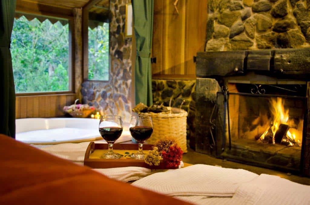 Taças de vinho ao lado da cama do chalé