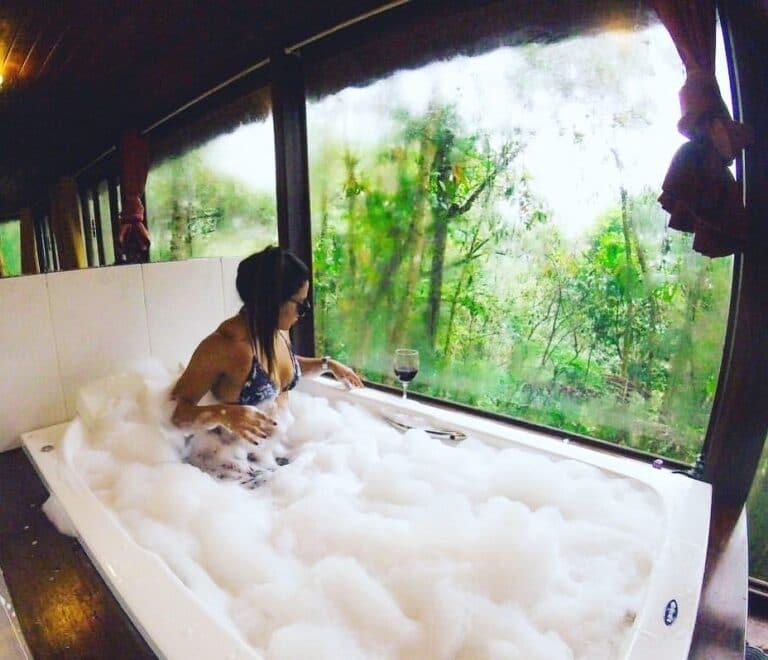 Chalé por dentro com cama e banheira em Visconde de Mauá