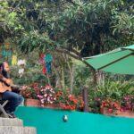 Homem sentado tocando violão
