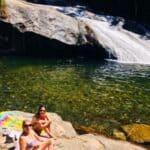 Mulheres tomando sol na cachoeira do Escorrega