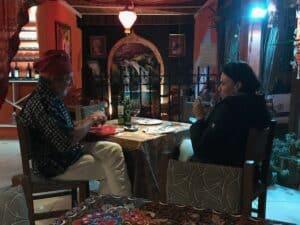 Casal na mesa da pizzaria em Visconde de Mauá
