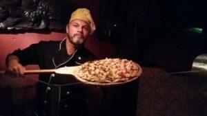 Homem com pizza na forma em Visconde de Mauá