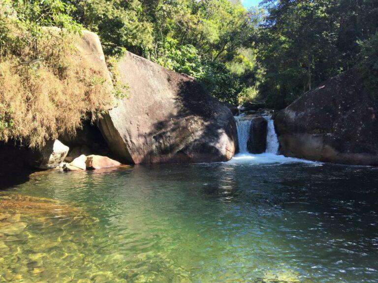 Piscina natural de águas limpas em Visconde de Mauá