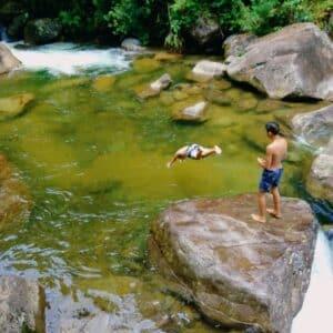 Crianças mergulhando no rio
