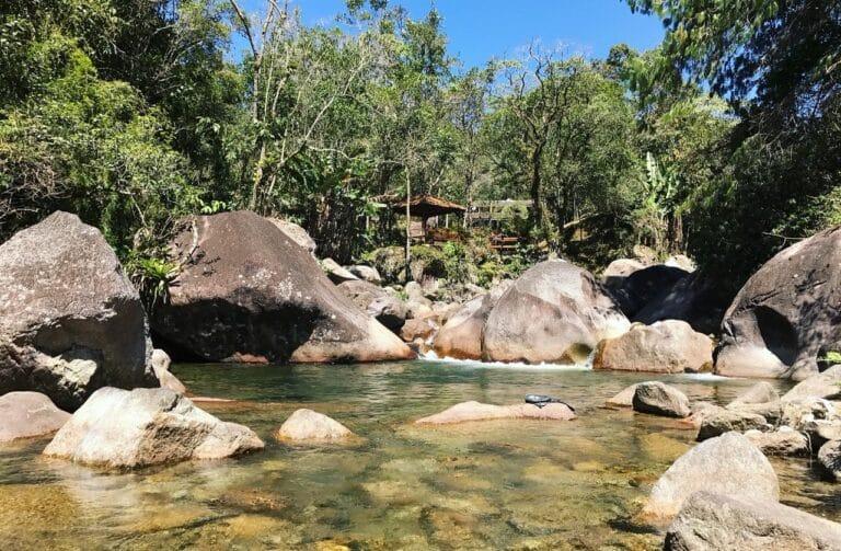 Chalé com o rio de águas limpas na frente