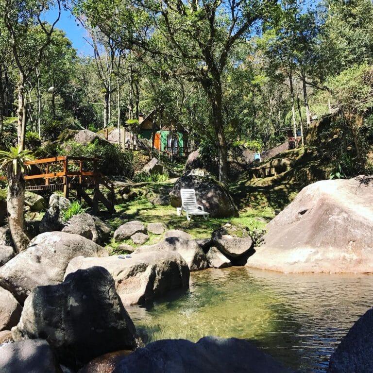 Chalé de frente a uma piscina natural de águas transparentes em Visconde de Mauá