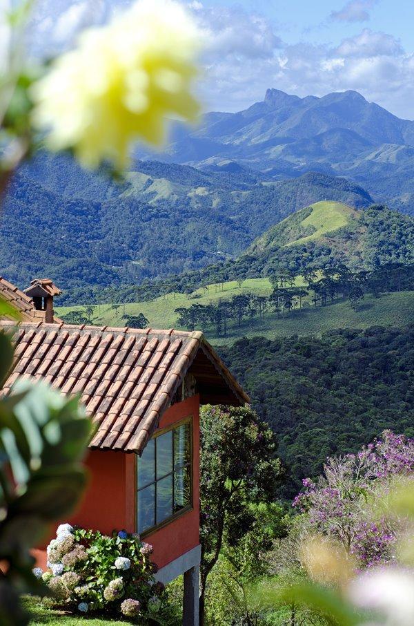 Chalé e as montanhas mais altas de Visconde de Mauá ao fundo