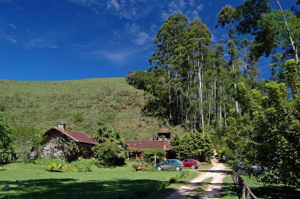 Chalés e montanha de Visconde de Mauá ao fundo