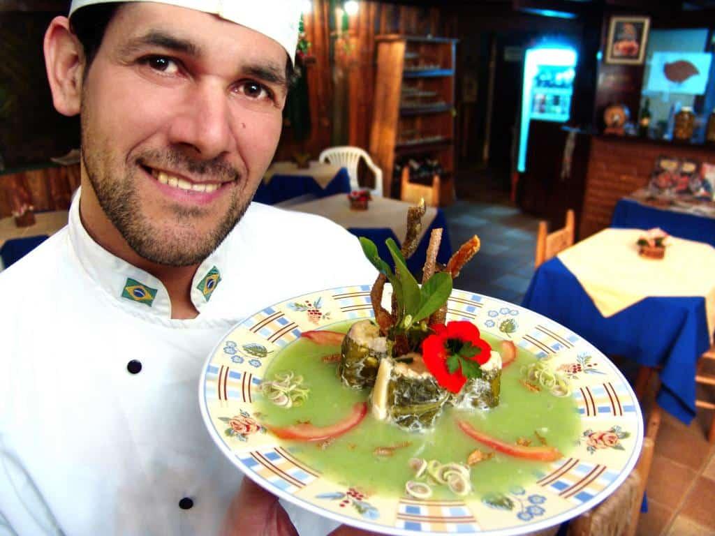 Chef de cozinha expondo seu prato