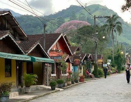 Restaurantes coloridos numa rua em Visconde de Mauá