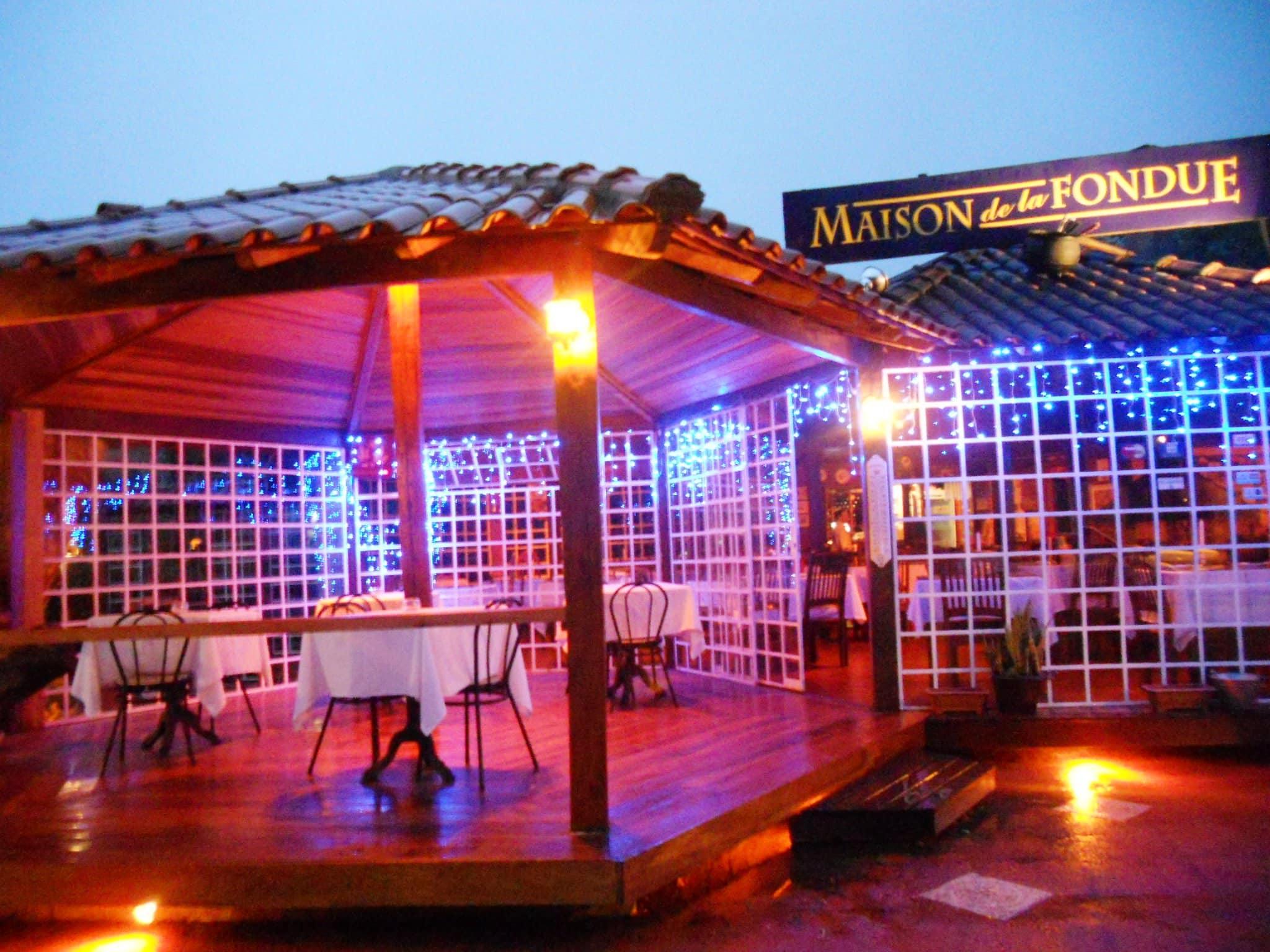 Resyaurante na vila de Maringa com luzes decorando