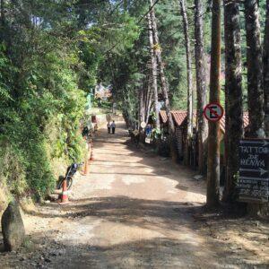 Estrada de cascalho na cachoeira do Escorrega