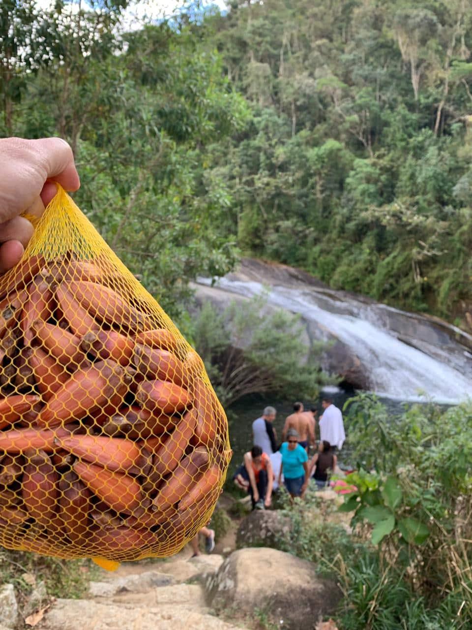 Cachoeira do Escoorrega e saco de pinhão na frente